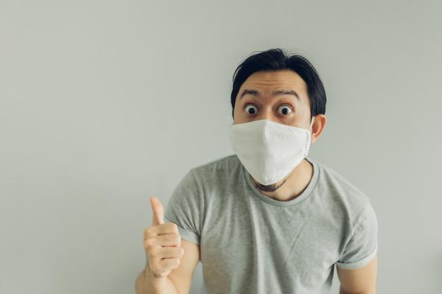 Wow gezicht van man met hygiënisch masker en grijs t-shirt. Premium Foto
