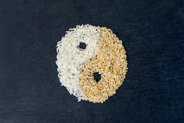 Yin en yang-symbool van rijstkorrels Gratis Foto