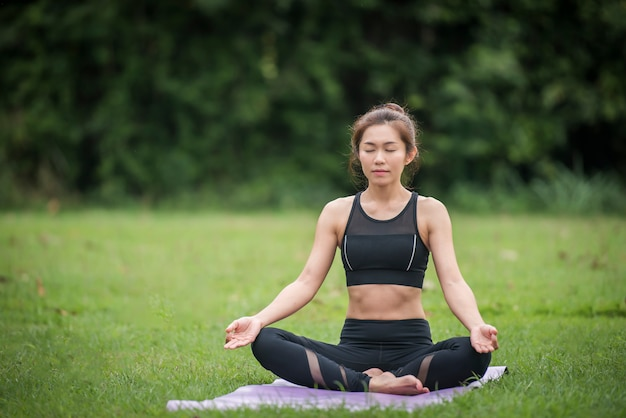 Yoga actie oefening gezond in het park Gratis Foto