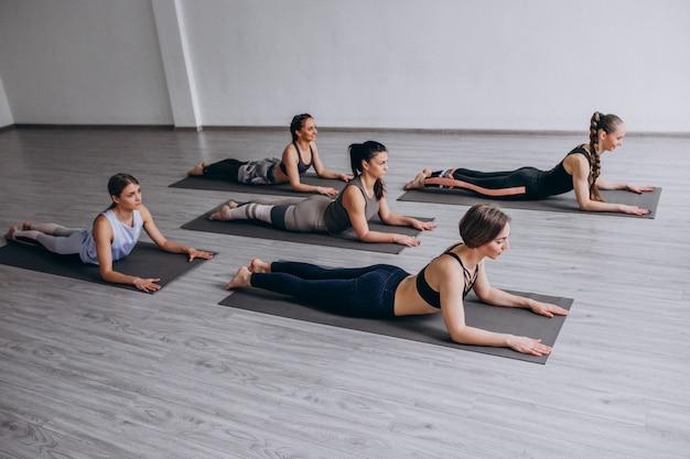 Yoga groepslessen in de sportschool Gratis Foto