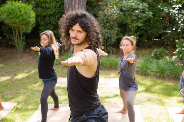 Yoga liefhebbers genieten van training in het park Gratis Foto