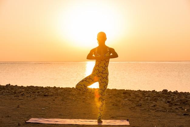 Yoga oefening bij zonsopgang Gratis Foto