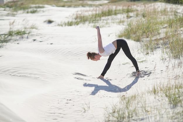 Yoga op het strand Gratis Foto