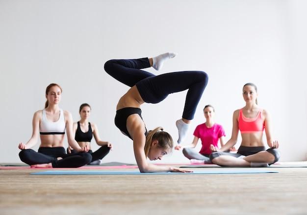 Yoga praktijk oefening klasse concept training Premium Foto