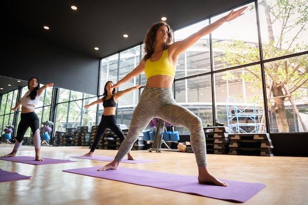 Yoga praktijk oefening klasse concept Premium Foto