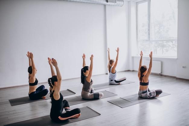 Yogagroepslessen in de sportschool Gratis Foto