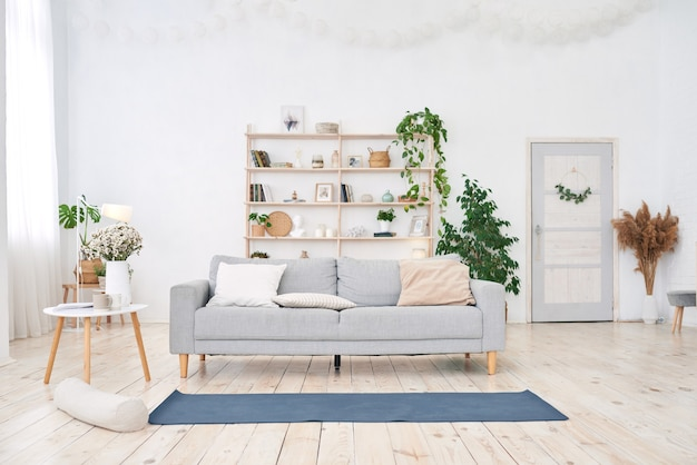 Yogaruimte met groot lichtvenster in moderne witte flat. Premium Foto