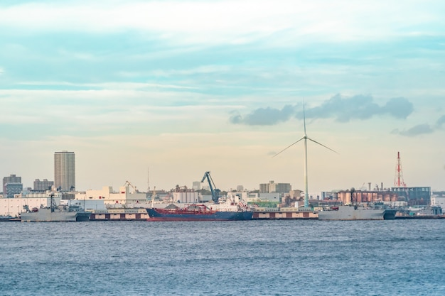 Yokohama industrial port met transportschip en windmolen. Premium Foto