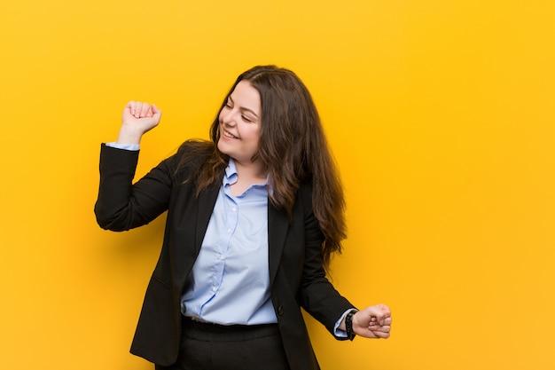 Young plus size blanke zakenvrouw dansen en plezier maken. Premium Foto