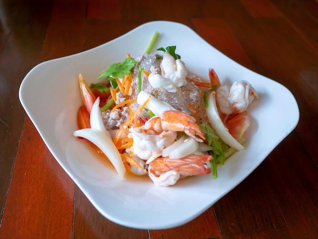 Yummy kruidige zeevruchtensalade van vermicelli Premium Foto