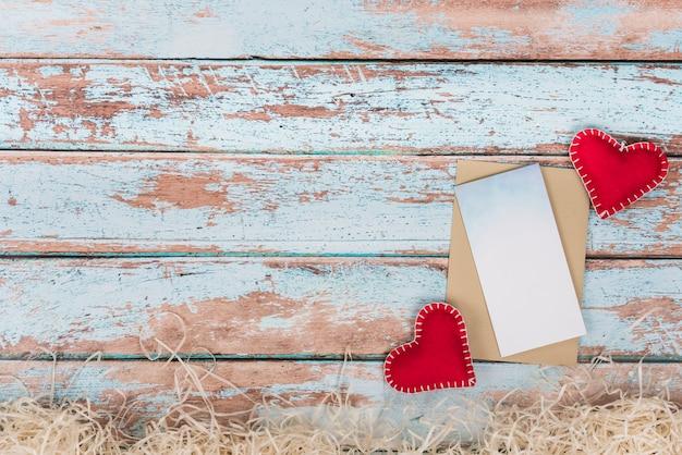 Zacht speelgoed harten met papier op tafel Gratis Foto