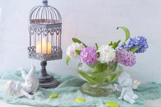 Zachte achtergrond met engelen, hyacinten en een kaars. Premium Foto
