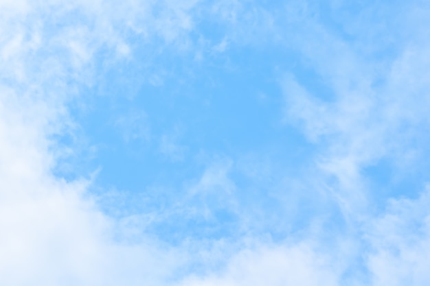 Zachte blauwe hemelachtergrond met de witte pluizige achtergrond van de cloudscapeaard Premium Foto
