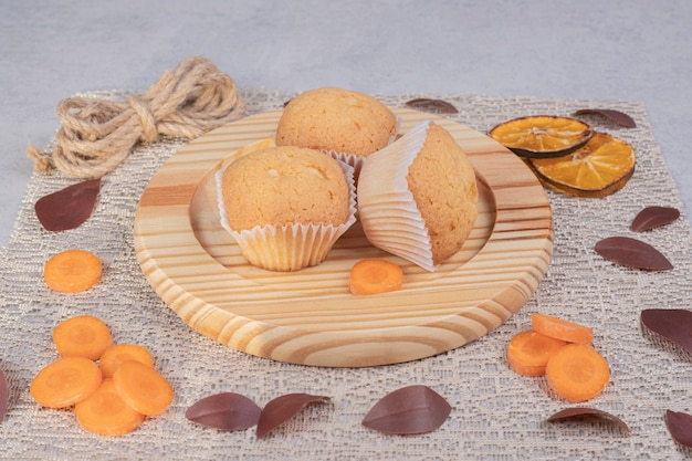 Zachte koekjes, touw en wortelschijfjes op marmeren tafel. hoge kwaliteit foto Gratis Foto