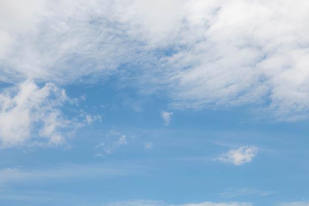 Zachte wolk met blauwe lucht Premium Foto