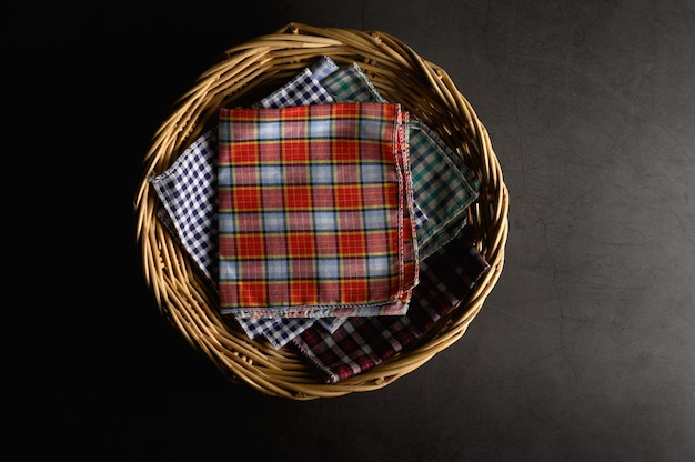 Zakdoeken in een houten mandje Gratis Foto
