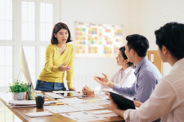 Zakelijk teamwork en onderwijs concept. Premium Foto