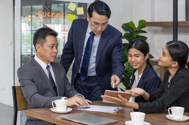 Zakelijke bijeenkomst in café Premium Foto