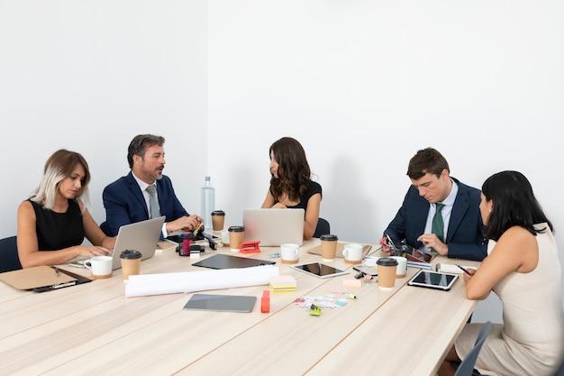 Zakelijke bijeenkomst met medewerkers Gratis Foto