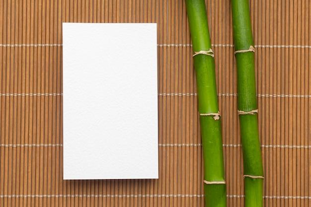 Zakelijke briefpapier blanco visitekaartjes en bamboe Gratis Foto