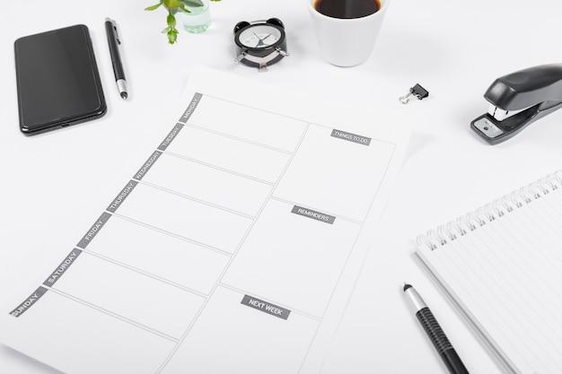 Zakelijke bureau regeling met lege kalender Gratis Foto