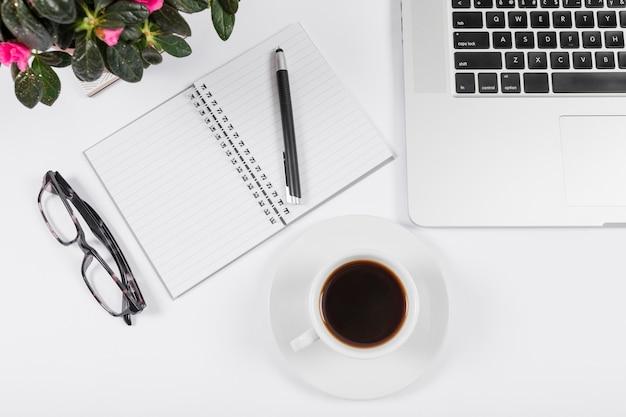 Zakelijke bureau regeling met lege notebook Gratis Foto