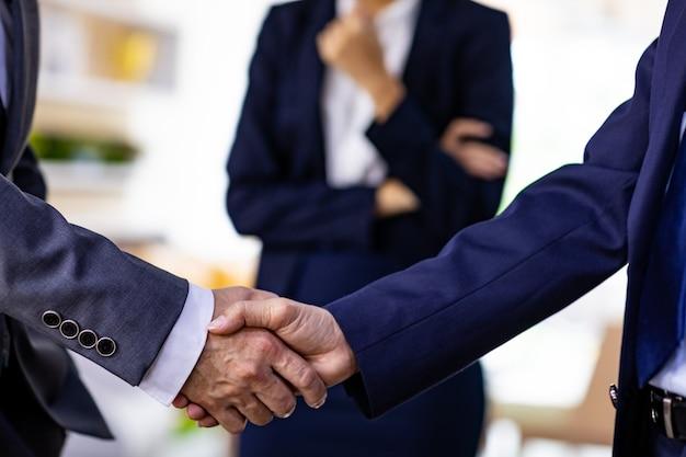 Zakelijke deal handshake Premium Foto