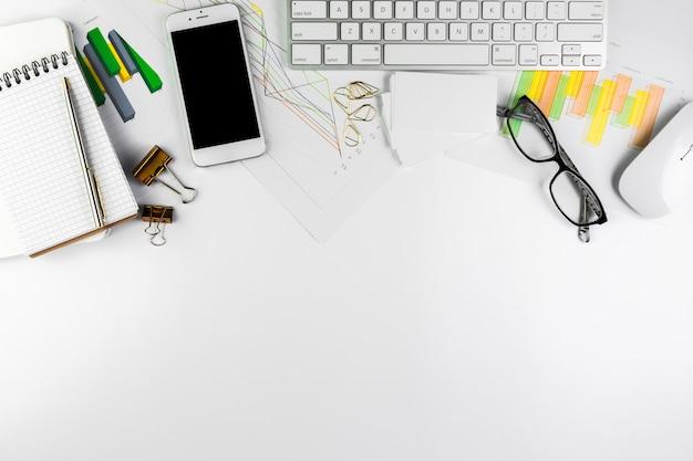Zakelijke desktop met kantoorelementen Gratis Foto