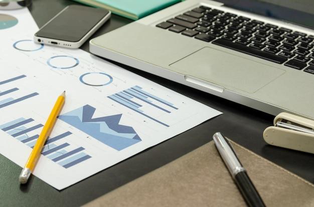 Zakelijke documenten financieel en laptop Premium Foto