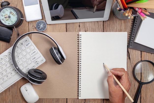 Zakelijke hand man schrijven potlood op wit papier notitie en zakelijke objecten Premium Foto