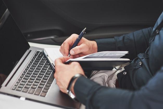 Zakelijke hand schrijven notities autostoel. voorbereiden op een vergadering Gratis Foto