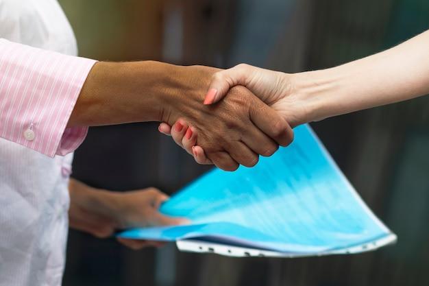 '' zakelijke handdruk tussen zwarte afro-amerikaanse en blanke europese vrouwen Premium Foto