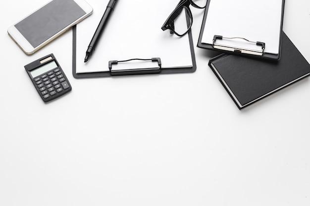 Zakelijke items daalden in creatieve stoornis op witte tafel Premium Foto