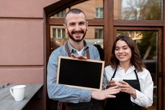 Zakelijke partners met frame bij coffeeshop Gratis Foto