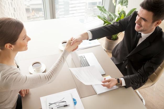 Zakelijke partners vieren ondertekening van het contract Gratis Foto