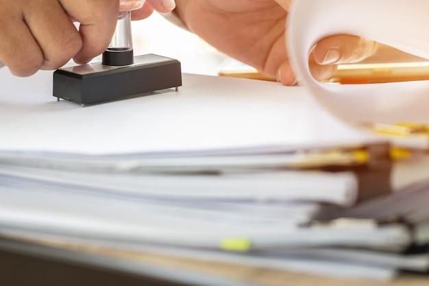 Zakelijke persoon hand stempelen op goedgekeurde aanvraagformulier Premium Foto