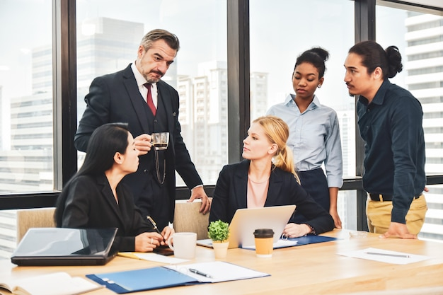Zakelijke teambijeenkomst in office teamwork schaven marketing project Premium Foto