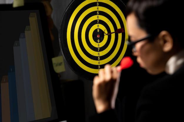 Zakelijke tomboy ingesteld dartbord als topdoel Premium Foto