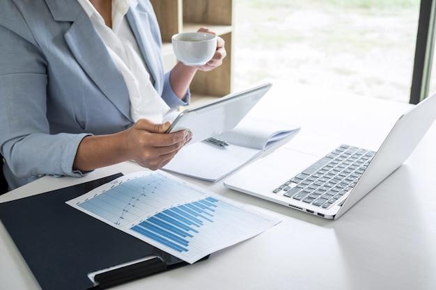 Zakelijke vrouw accountant financier werken audit en het berekenen van de balans van de kosten financiële jaarverslag balans, financiën doen document controleren en notities maken op rapport papier Premium Foto