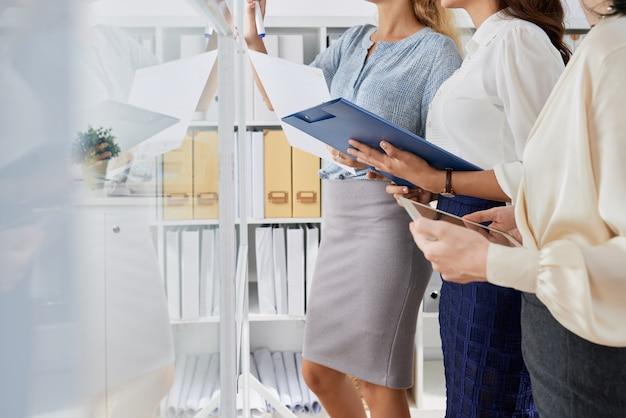Zakelijke vrouwen planning van werkzaamheden Gratis Foto