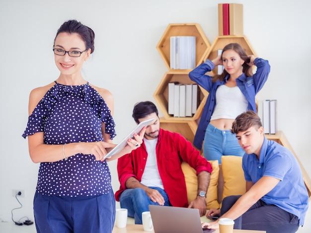 Zakelijke vrouwen staan en poseren op het werk Premium Foto