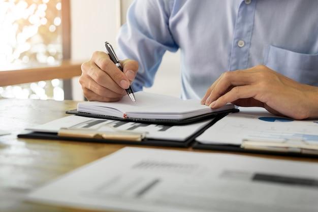 Houten Bureau Kantoor : Zaken mannen werken op houten bureau tafel met notitieboekje