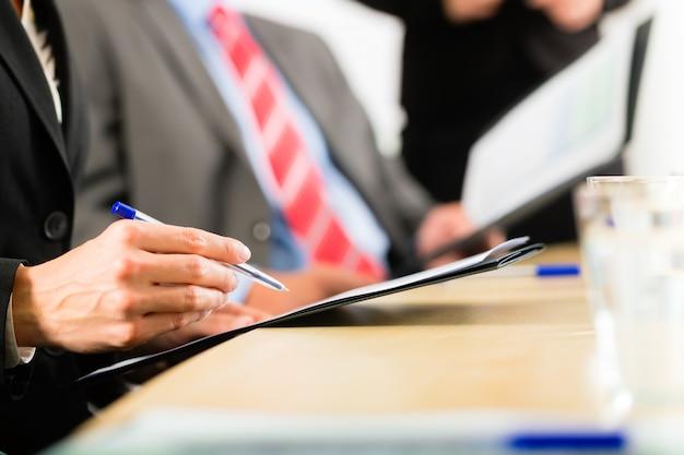 Zaken, ondernemers, vergadering en presentatie op kantoor Premium Foto