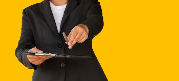 Zaken vrouw overhandigde de pen aan klant Premium Foto