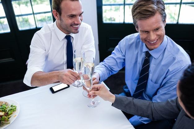 Zakenlieden die met champagne roosteren Premium Foto