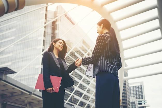 Zakenlieden handdruk met werkgever, handshake zakenpartner werk deal samen. Gratis Foto
