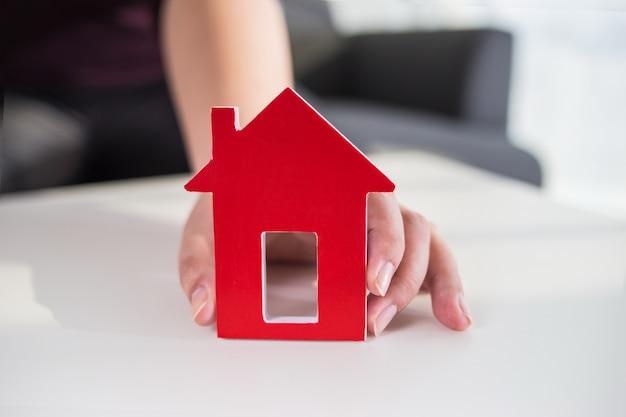 Zakenlieden houden huis model in de hand Gratis Foto