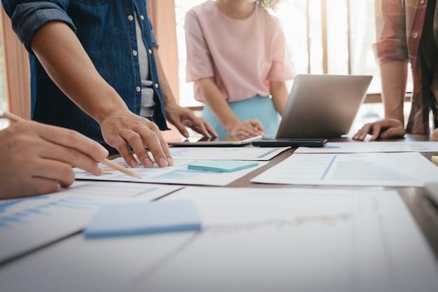 Zakenlieden teamwerkvergadering om de investering te bespreken. Premium Foto