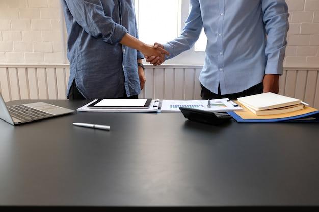 Zakenlui, handen schudden na vergadering, Premium Foto