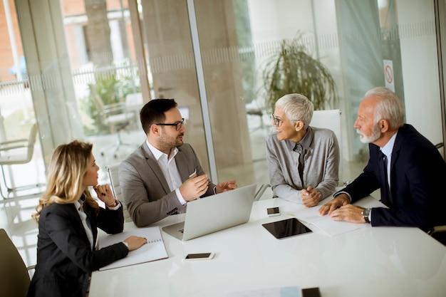Zakenlui in conferentieruimte tijdens een vergadering in bureau Premium Foto